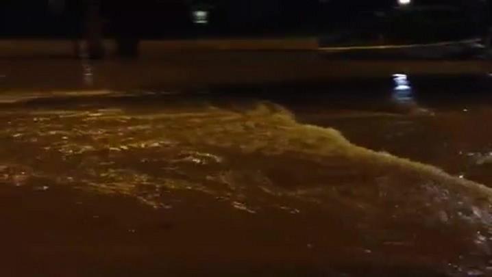 Enchente provoca correnteza na rua João Colin