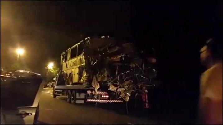Vídeo mostra como ficou o ônibus após ser retirado da mata