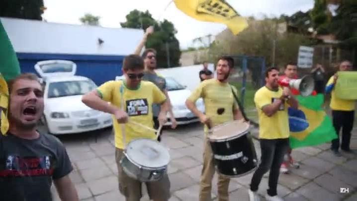 Grupo pede impeachment em frente à casa de ex-marido de Dilma