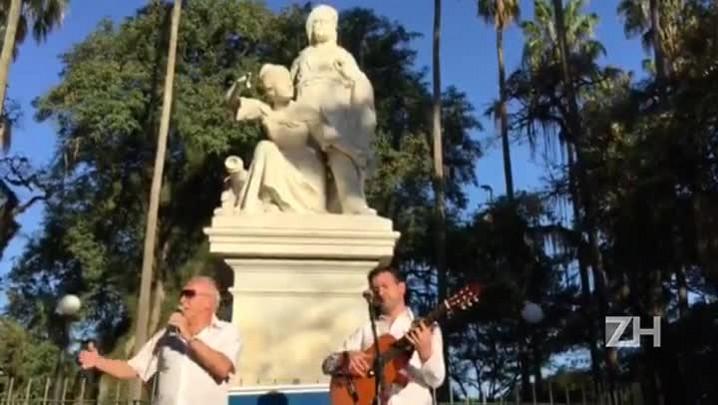 Ao som de Volare, monumento a Garibaldi é reinaugurado