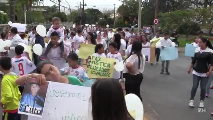 Moradores da Vila Gaúcha, no Morro Santa Tereza, protestam neste sábado (05/09)