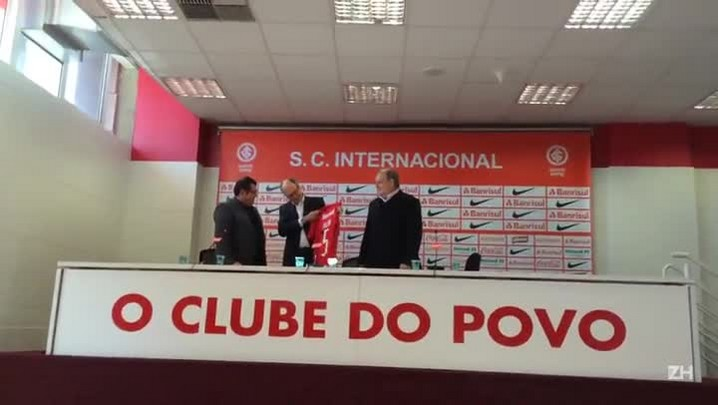 Falcão recebe a camisa 5 de Carlos Pellegrini e Vitorio Piffero