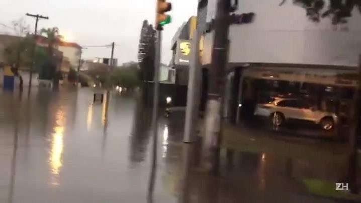 Chuva causa congestionamento na Avenida Sertório em Porto Alegre