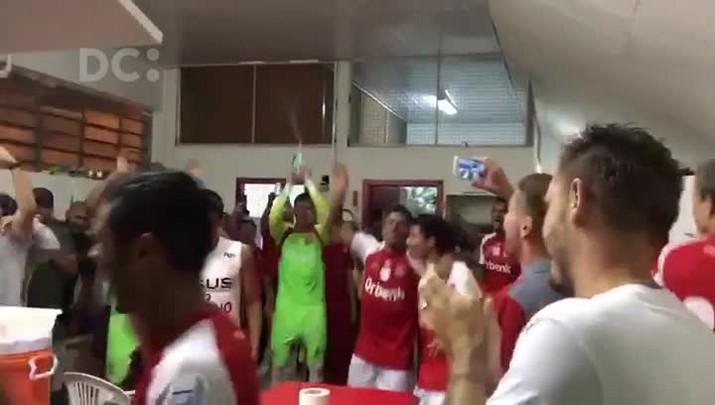 Jogadores do Inter de Lages comemoram vitória sobre o JEC nos vestiários