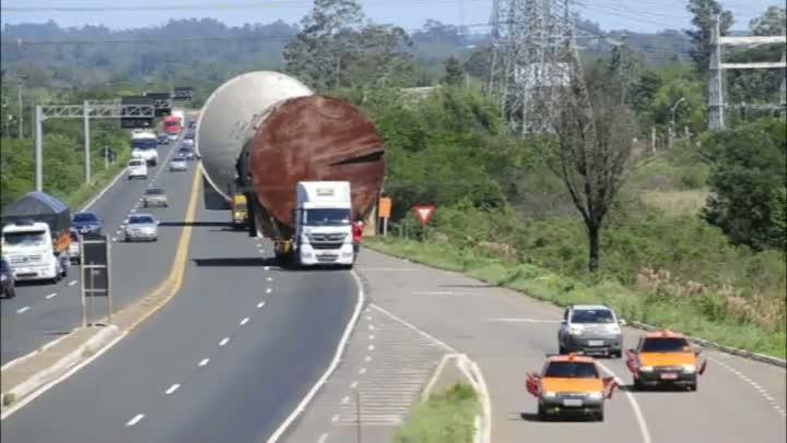Transporte de peças gigantes provoca engarrafamento na BR-386