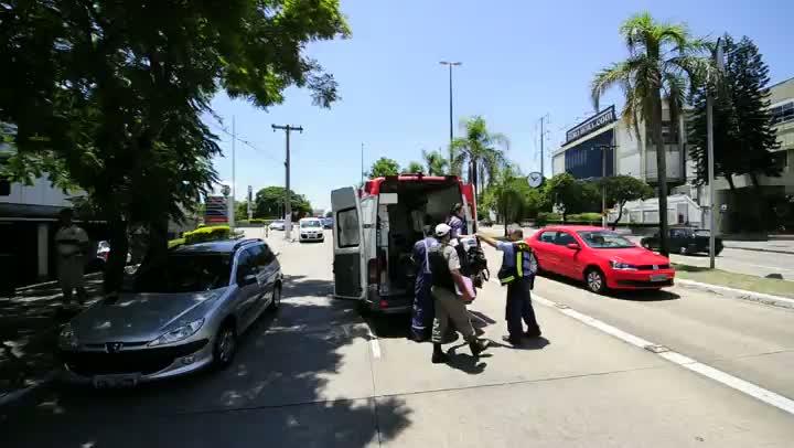 Mulher fica ferida em acidente em Porto Alegre