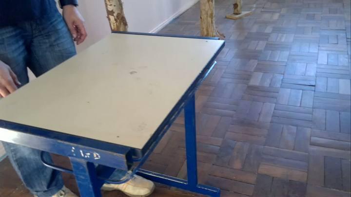 Lápis rola no chão em sala de aula com desnível e escoras em Erechim