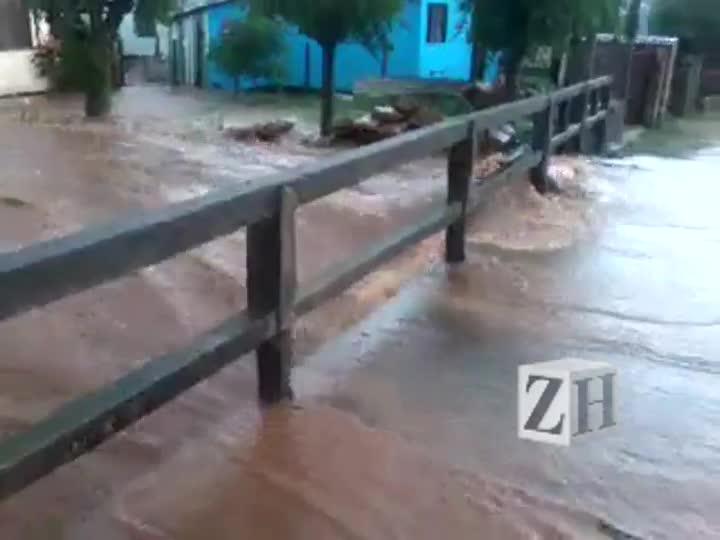 Arroio invade rua em Santa Cruz do Sul