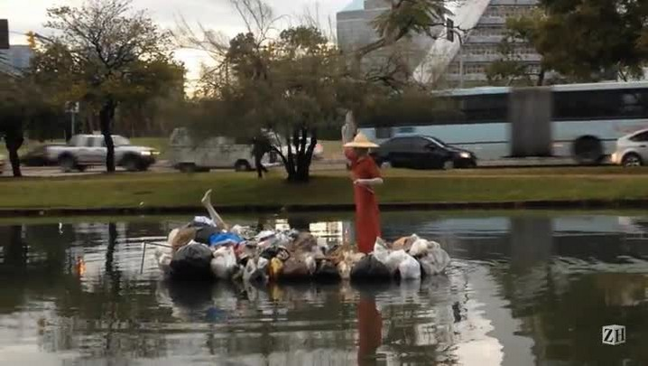 Intervenção artística chama atenção para poluição em Porto Alegre