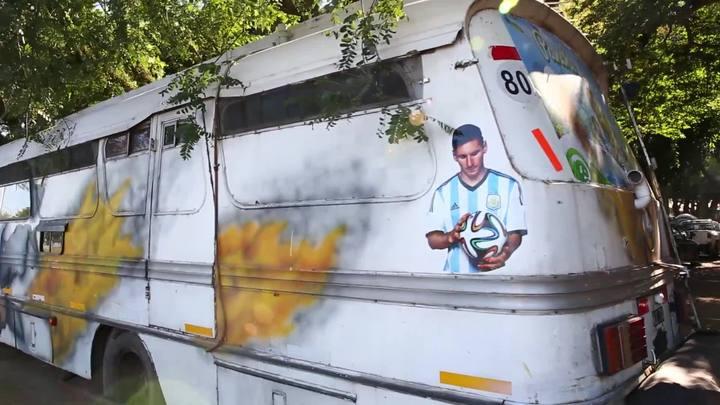 Quer andar de ônibus velho? Argentinos percorrem caminho da Copa com modelo da década de 70