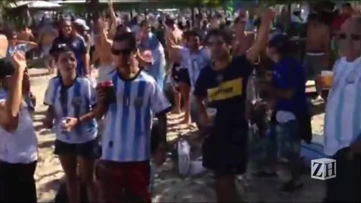 Argentinos fazem festa na beira da praia de Copacabana