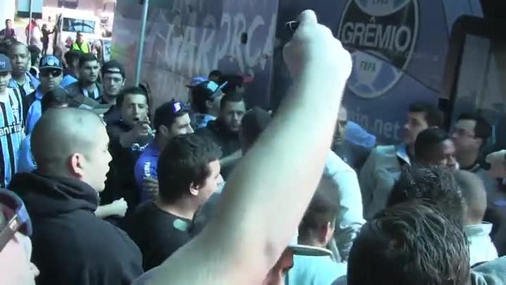Torcedores vaiam jogadores do Grêmio após derrota para o Coritiba