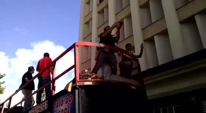 Manifestantes protestam em frente à prefeitura de Florianópolis