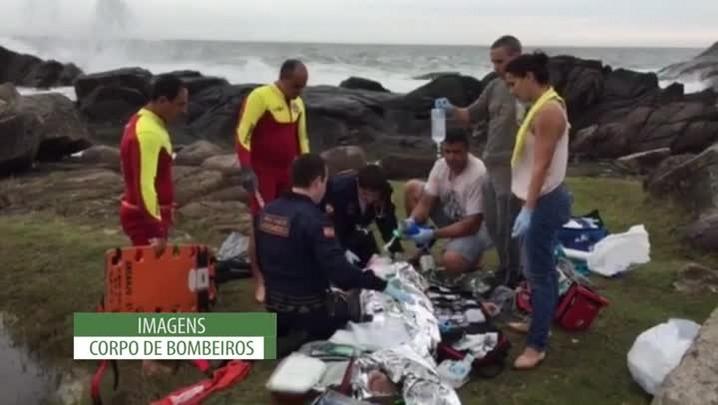 Helicóptero Arcanjo, do Corpo de Bombeiros, resgata jovens vítimas de afogamento na Praia da Armação, em Florianópolis