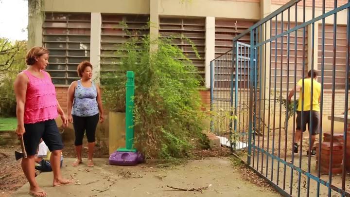 Mutir�o da comunidade ajuda na recupera��o de escola estadual de Porto Alegre