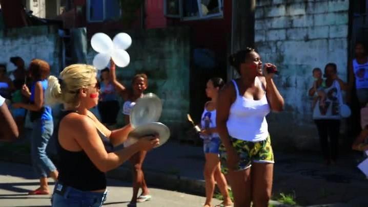 Moradores da comunidade Chico Mendes fazem manifestação contra violência policial