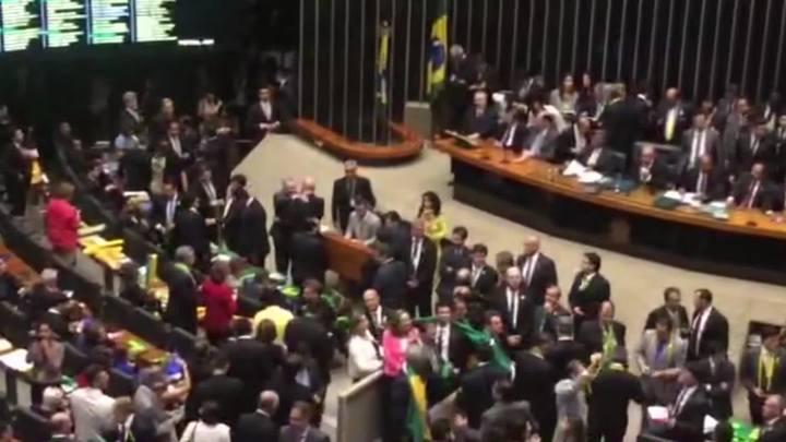 Parlamentares se manifestam durante votação do impeachment