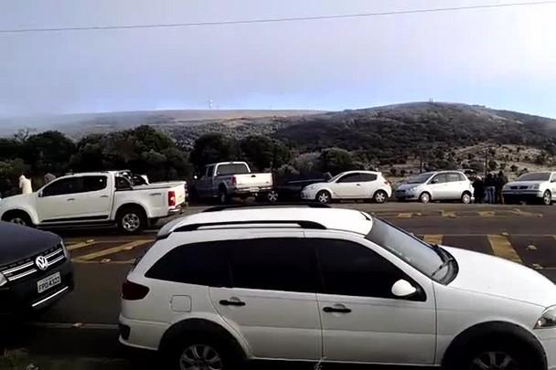 Congestionamento de turistas no acesso ao Morro das Torres em Urupema