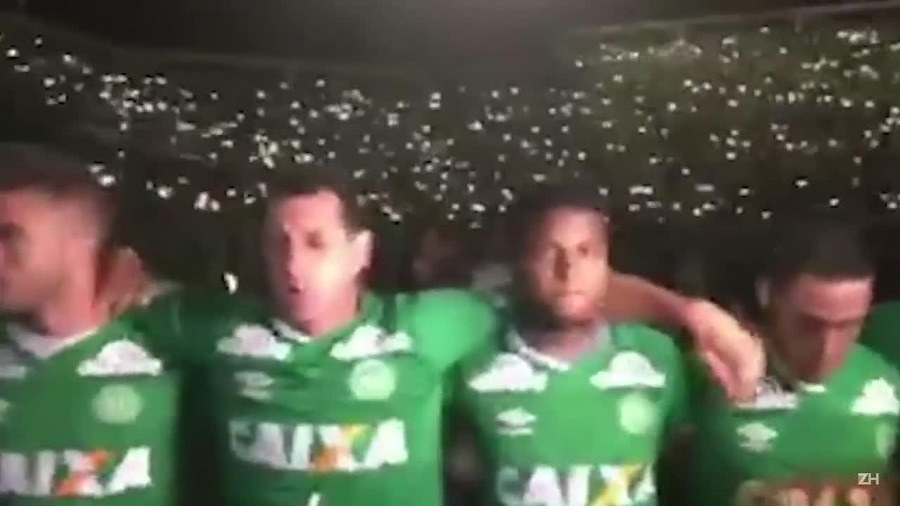Jogadores que ficaram em Chapecó participam de homenagem