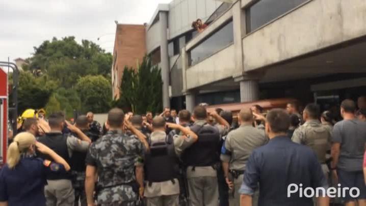 Policiais prestam última homenagem a sargento da BM morto durante assalto em Caxias