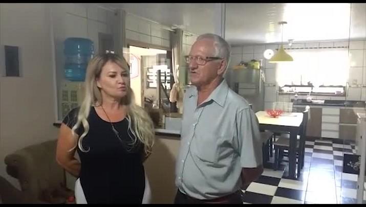 Veja o encontro entre o vigia que encontrou R$ 7 mil reais na rua e a dona dinheiro