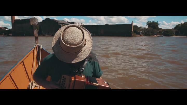 """Em um barco na Lagoa dos Patos, Renato Borghetti toca \""""Entardecer no Pontal\"""""""
