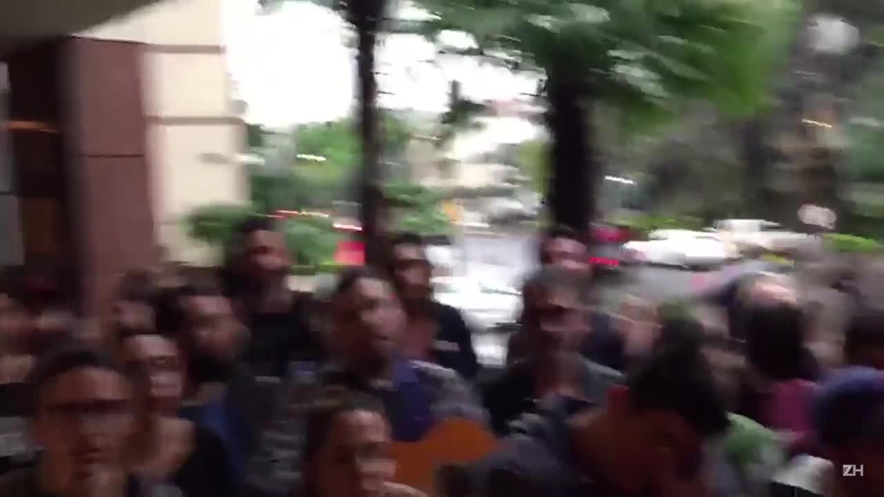 "À espera de Paul McCartney, fãs cantam ""Dont Let Me Down em frente à hotel"