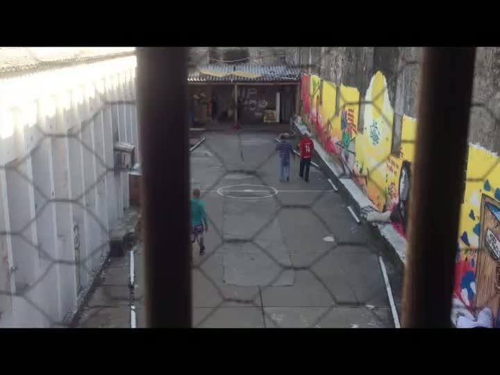 Onde os presos tomam banho de sol no Presídio Central