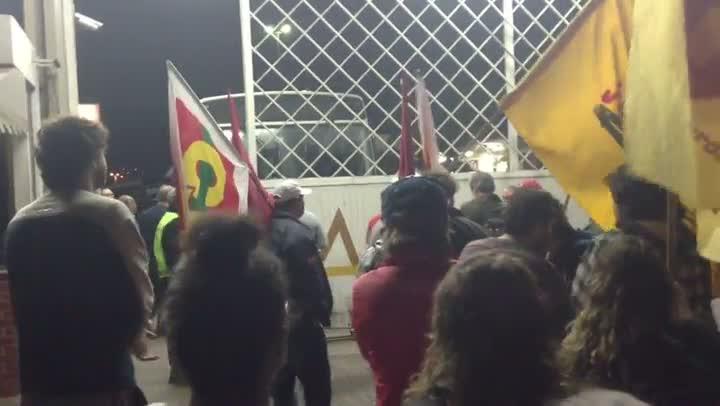 Manifestantes impedem saída de ônibus das empresas. 11/07/2013