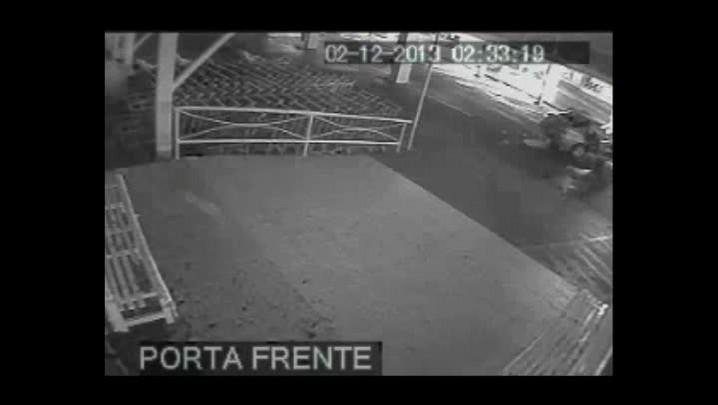 Câmera de segurança flagra arrombamento de caixa eletrônico no meio oeste