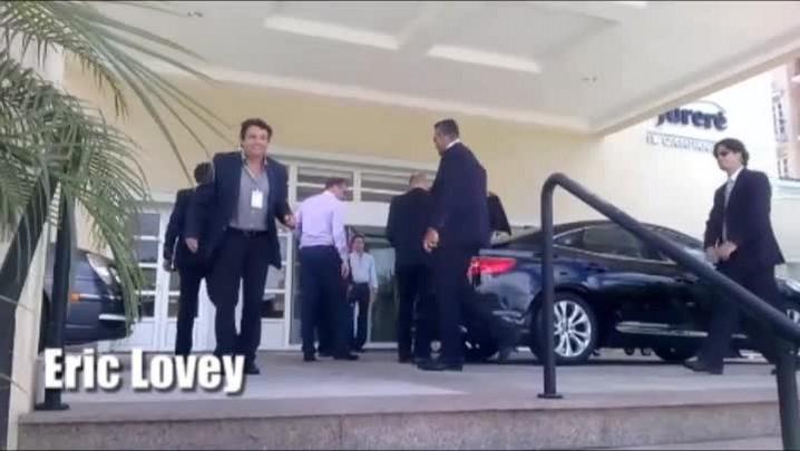 Menino dá drible em Jérôme Valcke, secretário-geral da Fifa, na chegada a hotel em Florianópolis