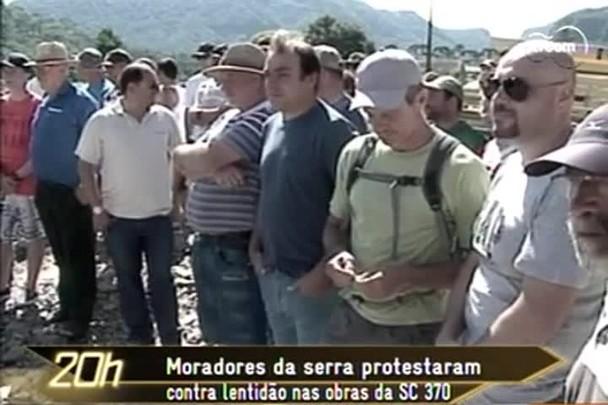 TVCOM 20h - Moradores da serra protestaram contra a lentidão nas obras da SC 370 - 27.1.15