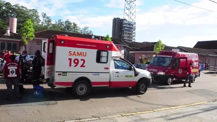 Ambulância capota em Joinville