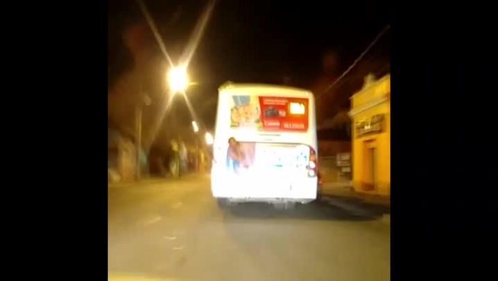 Ouvinte flagra homem pendurado em ônibus na Capital