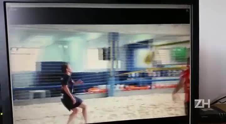 Lucas Leiva treina futevôlei perto da Arena