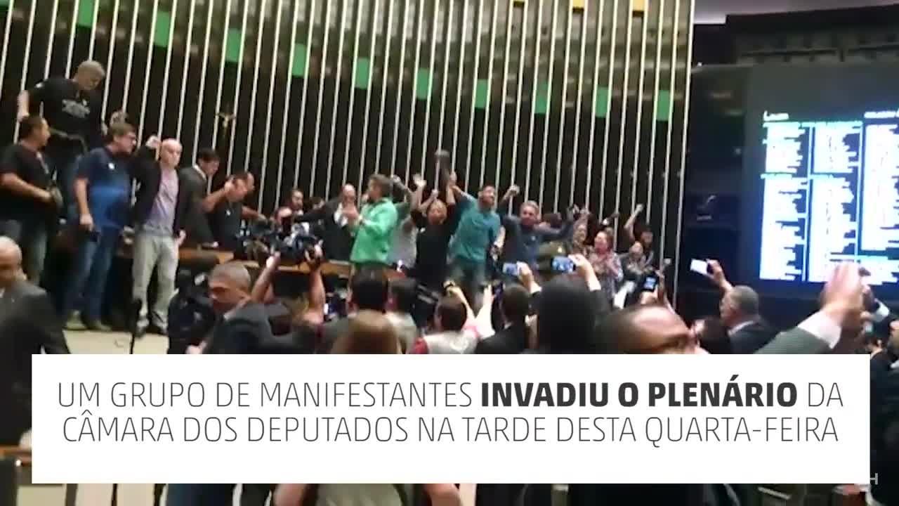 Manifestantes invadem plenário da Câmara