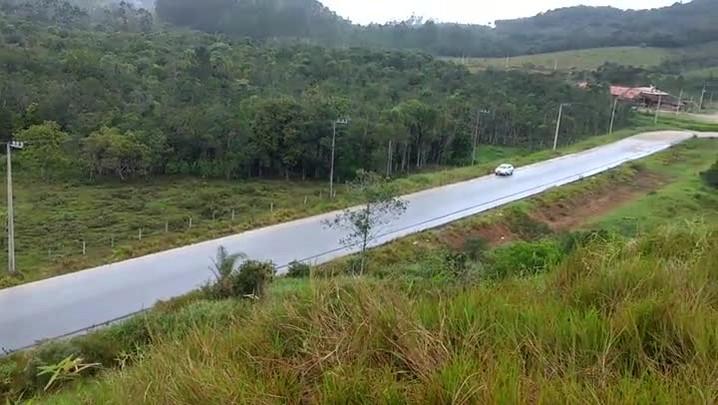 Após quatro anos, pavimentação da Estrada Rio do Morro ainda não foi concluída e depende de nova licitação