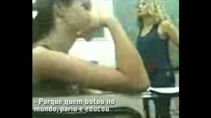 Discussão entre professora e alunos em escola de São José