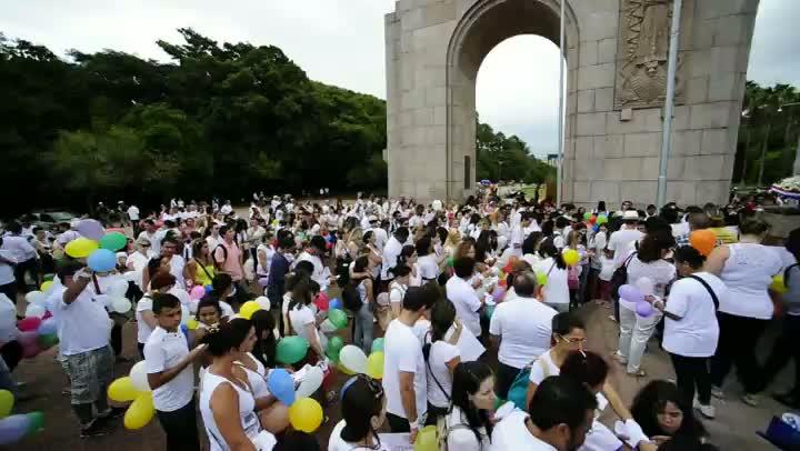 Jovens se reúnem na Redenção para homenagear vítimas da tragédia em Santa Maria