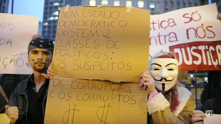 Manifestantes fazem novo protesto em Porto Alegre