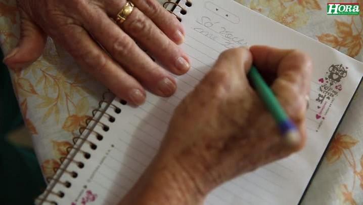 Dona Maria se alfabetizou tardiamente mas tem o sonho de fazer uma faculdade