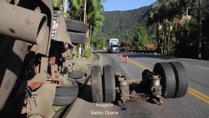 Caminhão tomba e deixa parte de pista interditada na Serra Dona Francisca