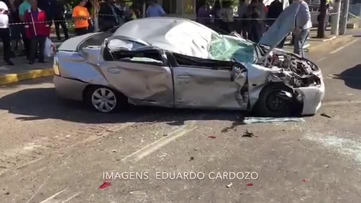 Caminhão carregado com cimento tomba sobre carro na BR-116, em Canoas