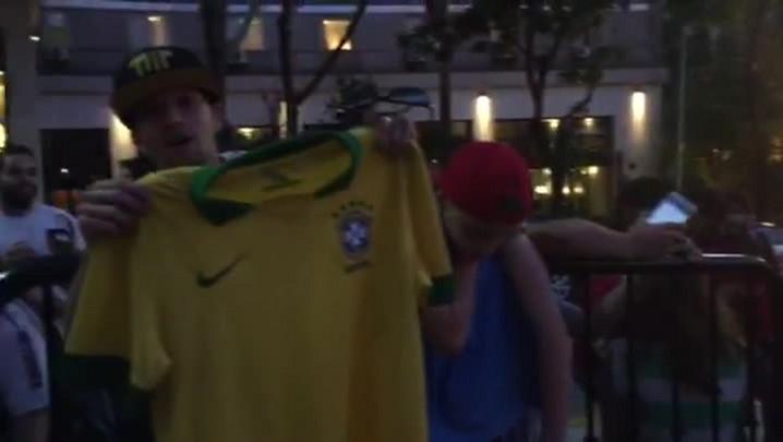 Torcedores aguardam chegada da Seleção em frente a hotel