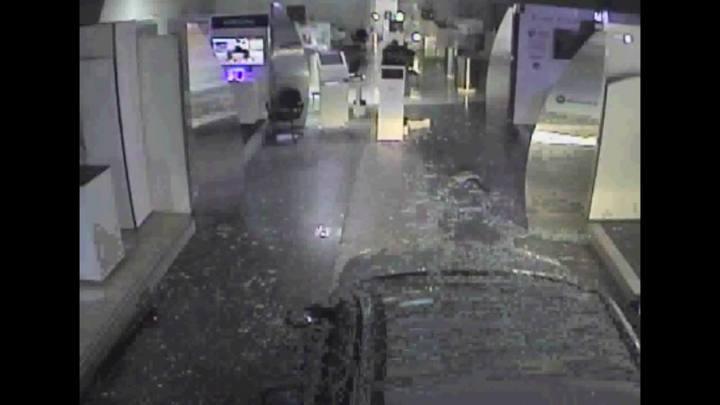 Imagens mostram bandidos arrombando loja da Vivo com um carro
