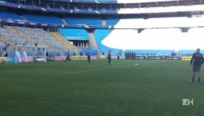 Renato é saudado pela torcida durante treino de goleiros