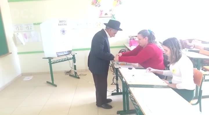 Noé Souto de Araújo, aposentado e analfabeto, cumpre sua obrigação junto à Justiça Eleitoral