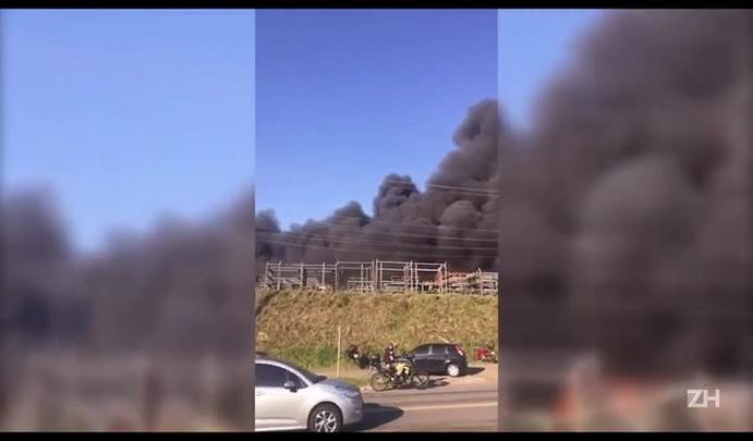 Incêndio atinge unidade de plásticos da Marcopolo no bairro Ana Rech, em Caxias