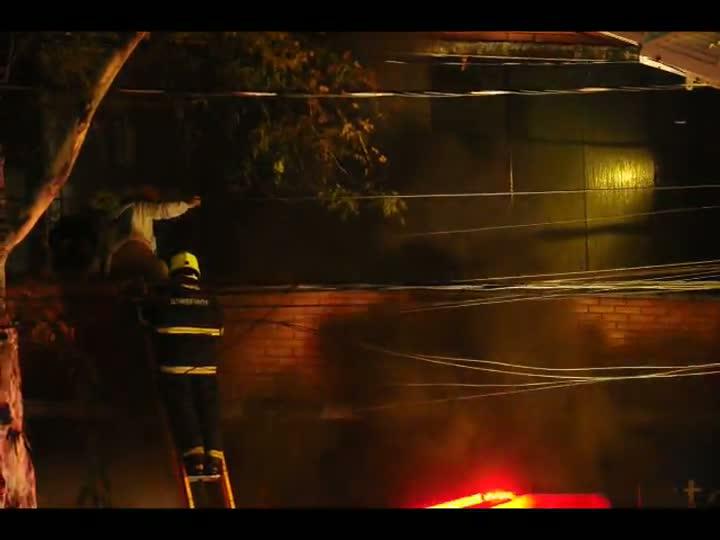 Bombeiros combatem incêndio em sapataria em Porto Alegre