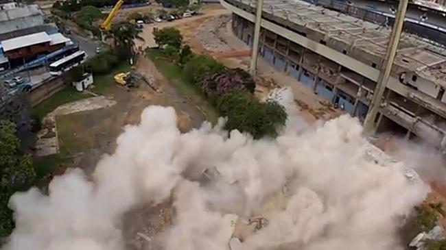 Torre de acesso aos camarotes é derrubada no Olímpico
